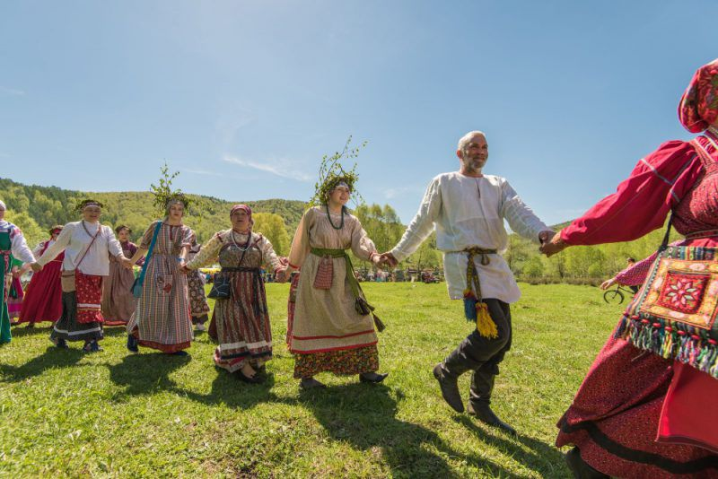 Folk Russian dance: Khorovod – Walking following the sun